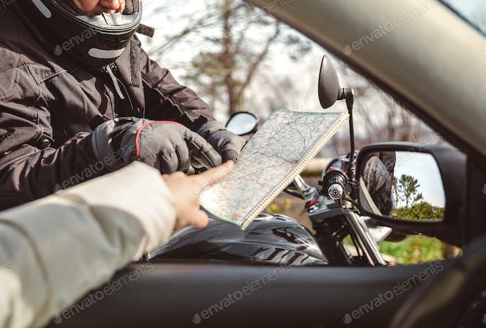 Motorradfahrer bittet die Richtung zu karieren