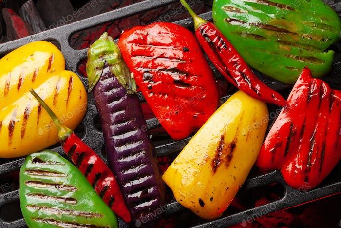 Gegrilltes Gemüse mit Gewürzen und Kräutern