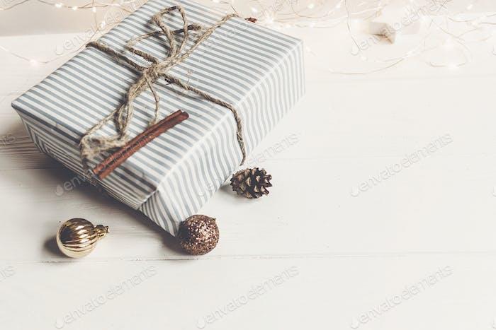 Weihnachtsgeschenke mit Ornamenten und Spielzeug