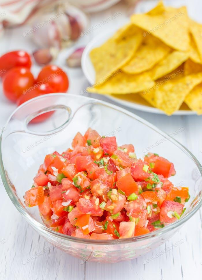 Schüssel mit frischer hausgemachter Salsa und Nachos