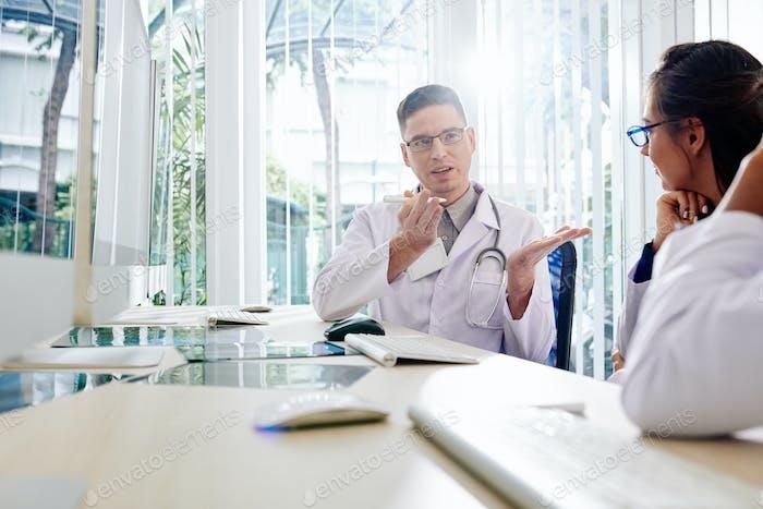 Allgemeinmediziner im Gespräch mit Kollegen