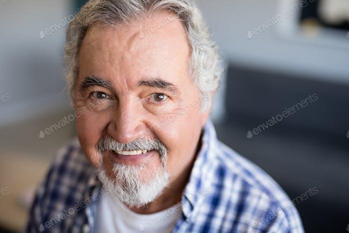 Портрет улыбающегося старшеклассника с бородой