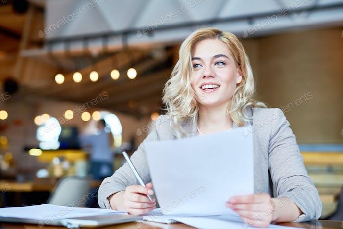 Frau mit Papierkram