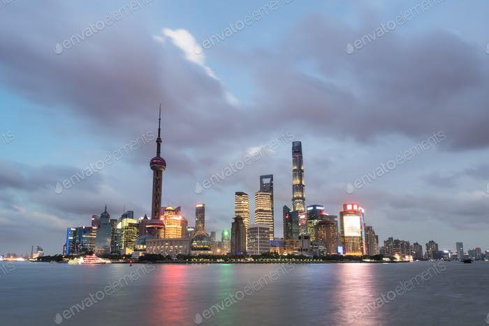 Shanghai Skyline in der Dunkelheit