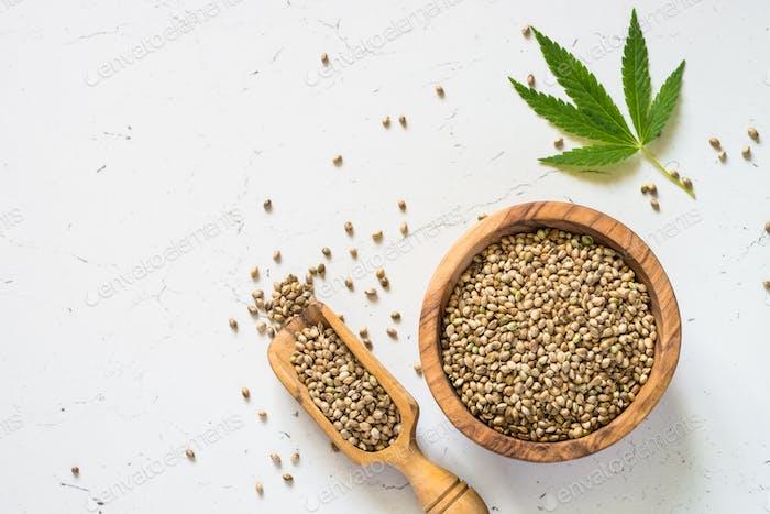 Cannabissamen bei weißer Tafelansicht