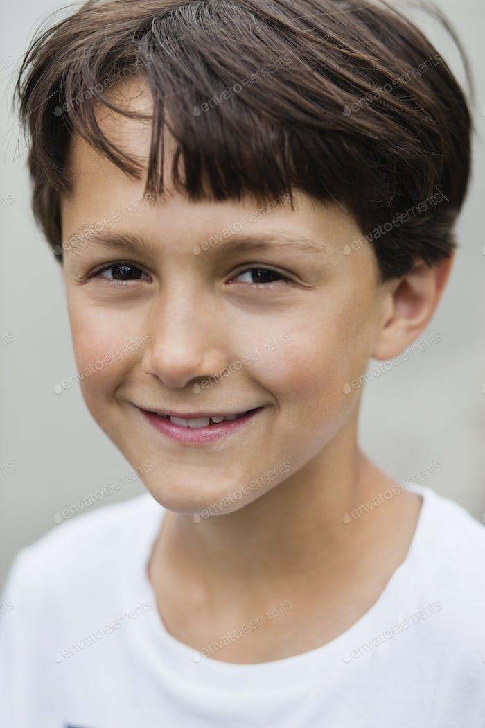 Retrato de chico feliz con cabello castaño