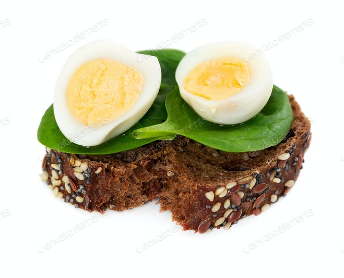 Small sandwich with spinach and quail eggs