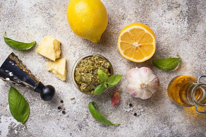 Hausgemachte traditionelle italienische Pesto-Sauce