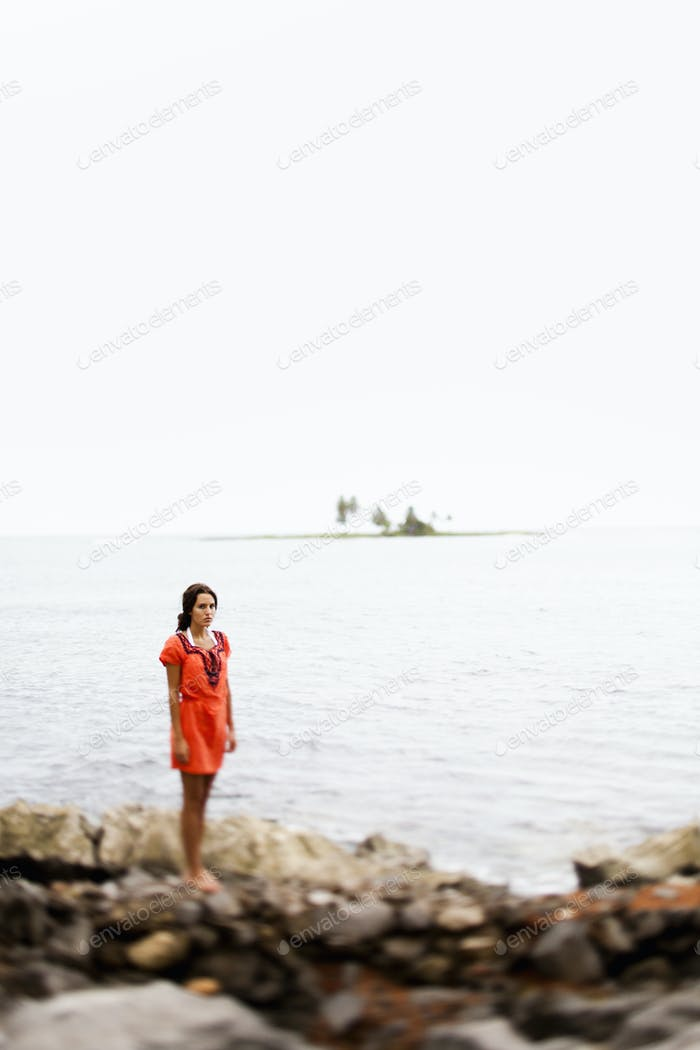 Eine Frau am Strand an einem bewölkten Tag in Las Galeras, Samana Halbinsel, Dominikanische Republik.