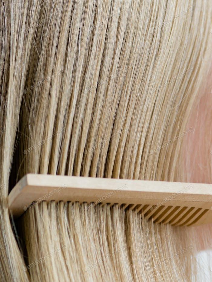 Щетка для волос женщина расчёска блондинка длинные здоровые волосы красоты