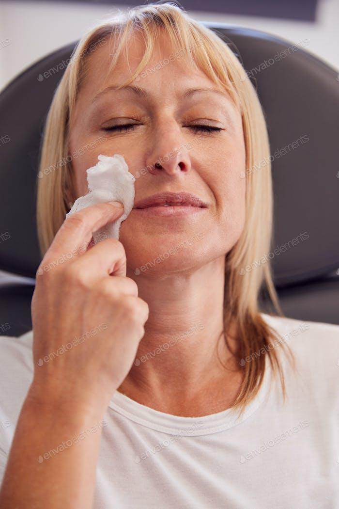 Kosmetikerin oder Arzt Vorbereitung Reifen weiblichen Patienten für Botox Injektion
