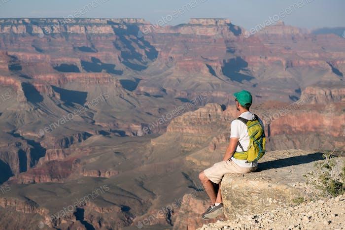Turista con mochila en el Gran Cañón