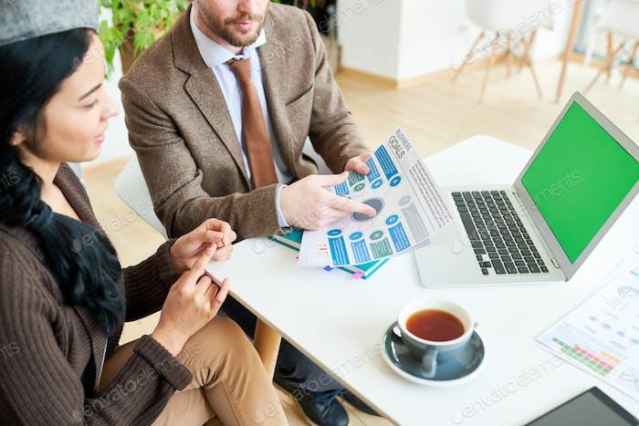 Geschäftsleute diskutieren Strategie