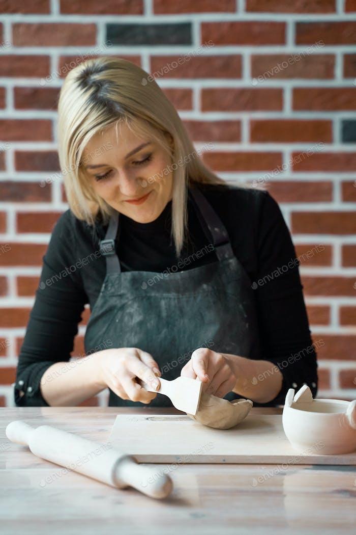 Женщина делает керамическую керамику