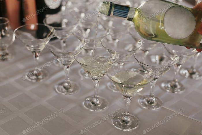 Kellner Gießen Martini Getränk in Glas auf Tisch