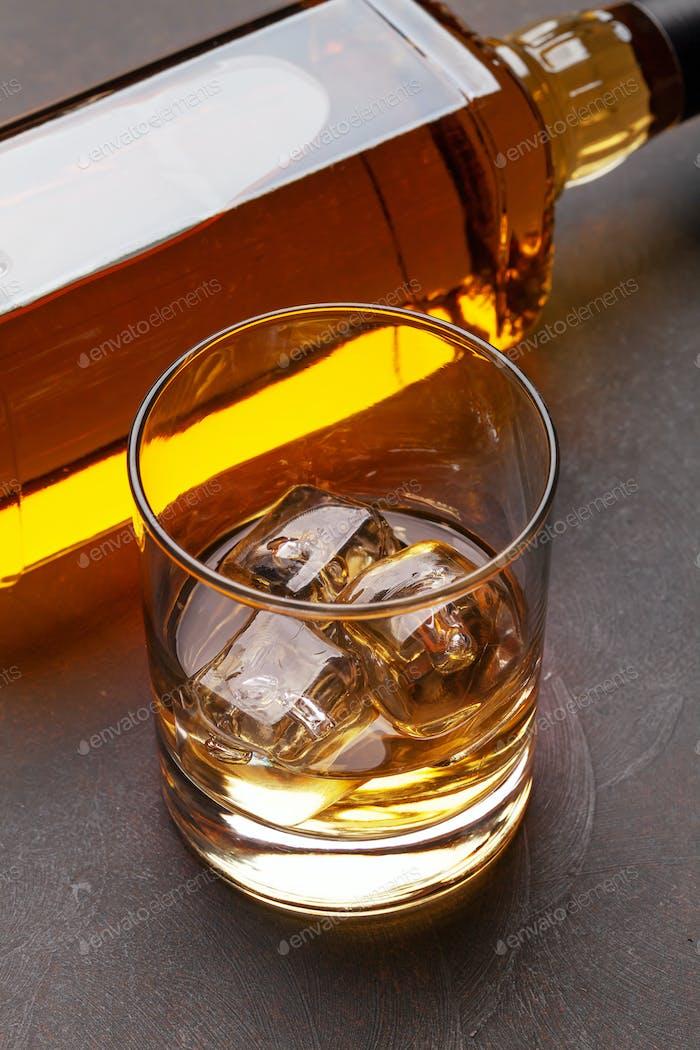 Scotch Whiskyflasche und Glas