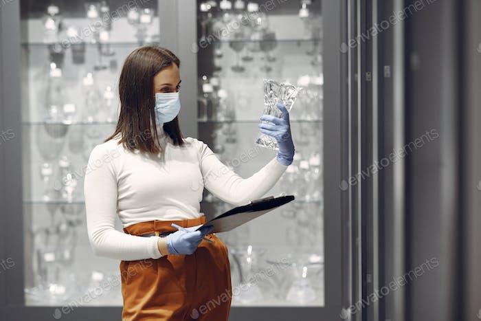Frau kauft Gerichte im Laden