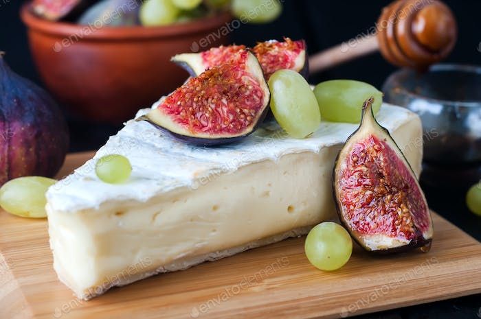cheese with fig and grape