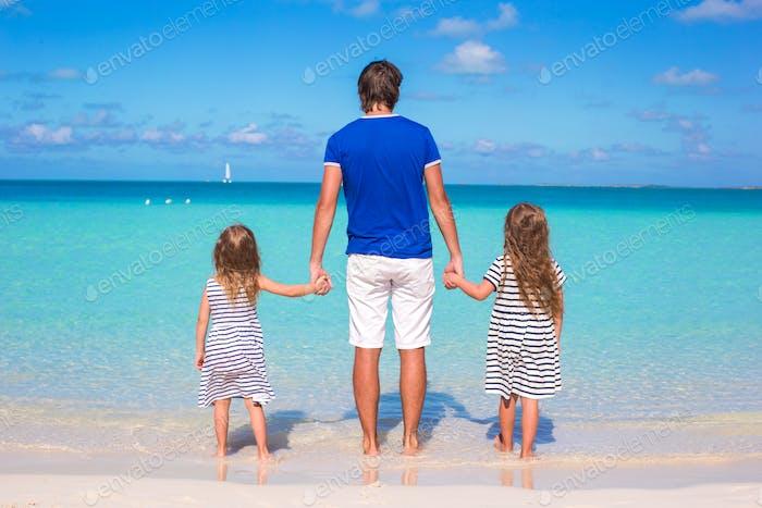 Vater und kleine Mädchen haben Spaß in tropischen Ferien