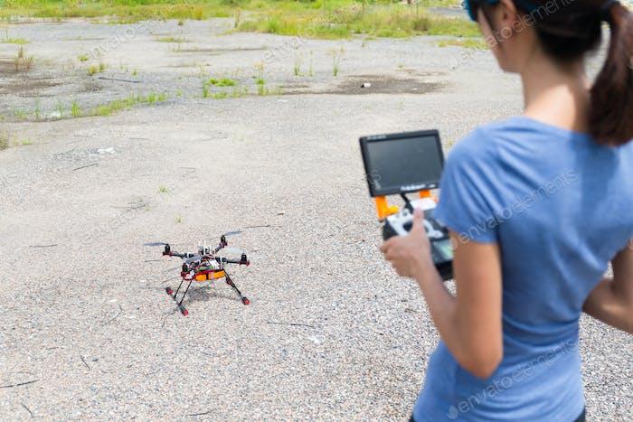 Frauenkontrolle mit Drohne