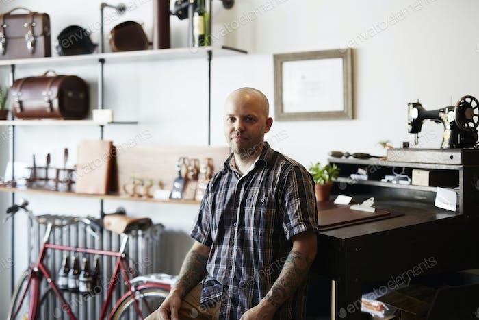 Ein Mann, Handwerker und Lederarbeiter in einer Lederwerkstatt.