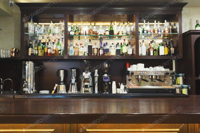 Bartheke mit Alkoholflaschen Sortiment