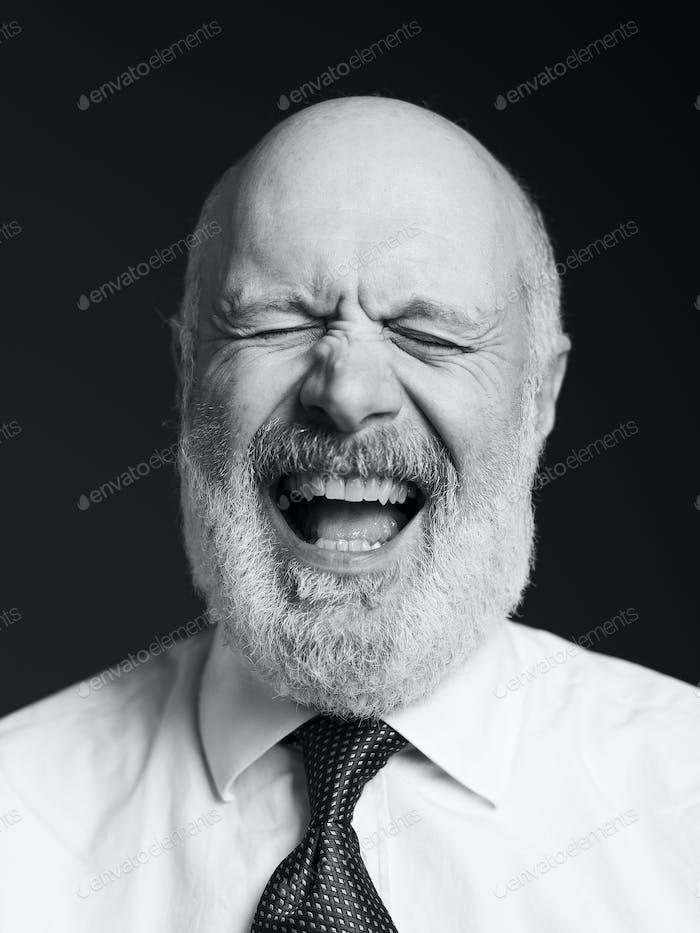 Fröhlich Senior Geschäftsmann Porträt auf schwarzem Hintergrund