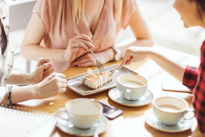 junge Mädchen essen Kuchen und Kaffee trinken im Café, Kaffeepause