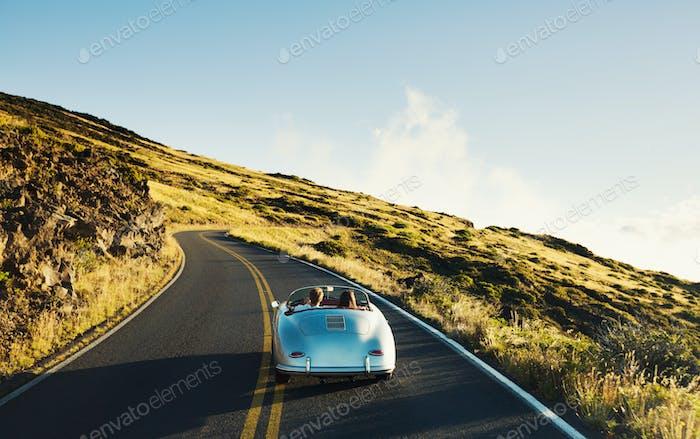 Coupé Fahren auf der Landstraße im Oldtimer Sportwagen