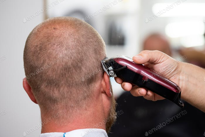Mann Besuch Friseur im Friseur.