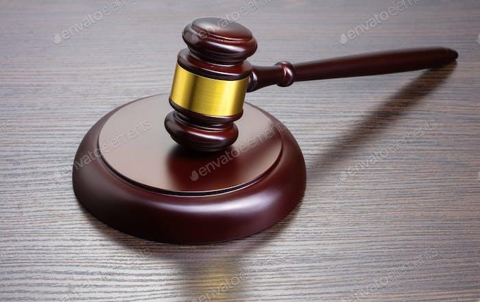 martillo del juez sobre la mesa