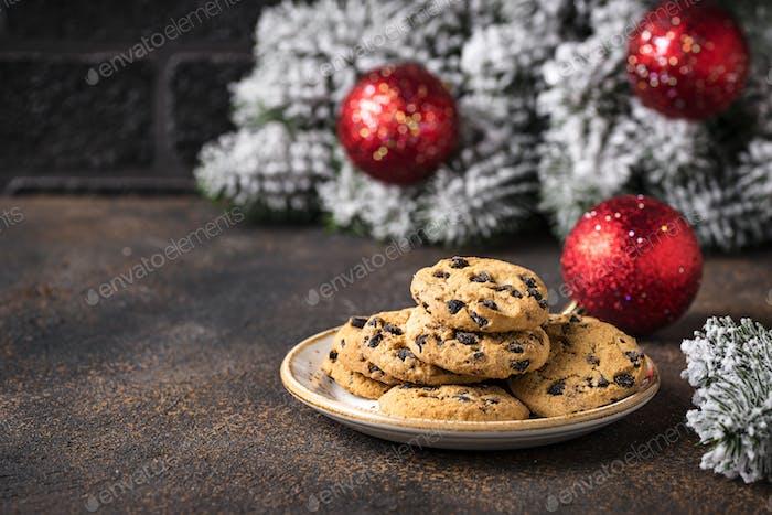 Kekse für den Weihnachtsmann in der Nähe des Weihnachtsbaumes