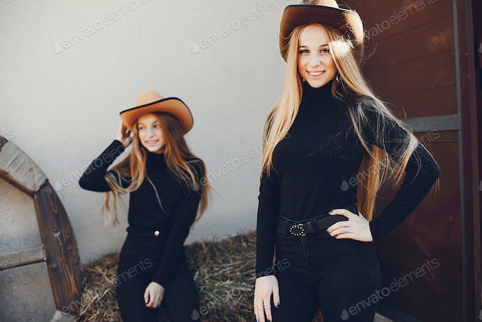 Mädchen in einem Cowboys Hut auf einer Ranch