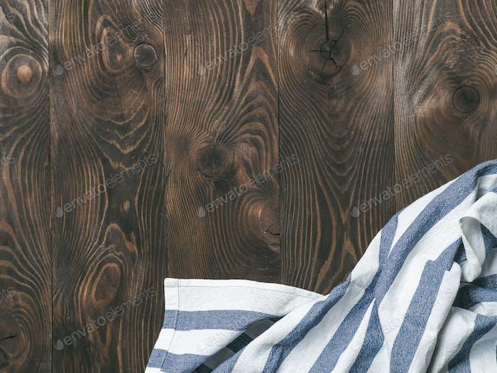 Leinenserviette auf Holztisch, Draufsicht, mock up