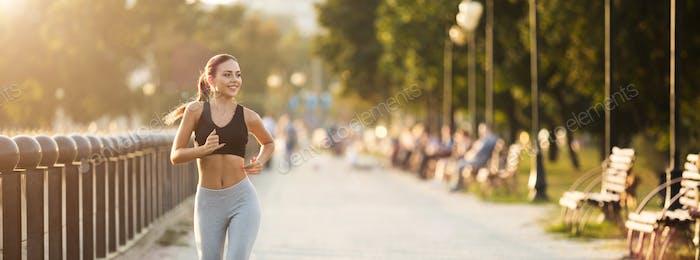 ziemlich Mädchen jogger Ausbildung in city park