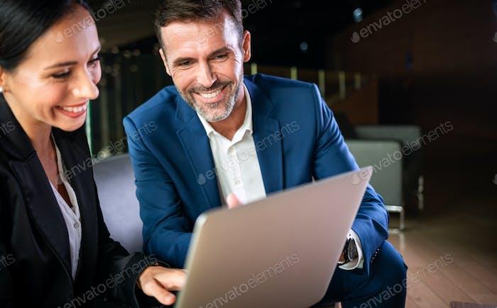 Empresario Y Empresaria Reunión En Oficina Moderno