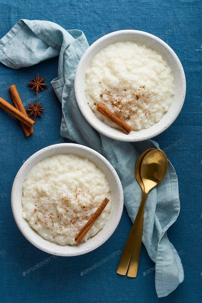 Reispudding. Französisch Milch Reis Dessert. Gesundes veganes Diät-Frühstück. Draufsicht, vertikal