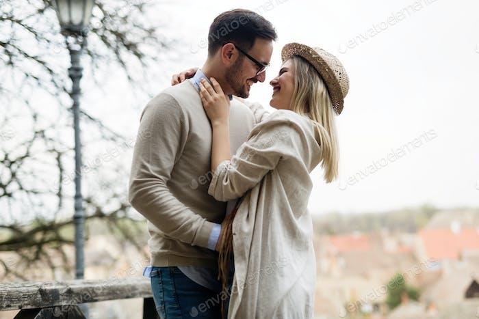 Glückliches Paar in der Liebe umarmt und lächelnd outdoor