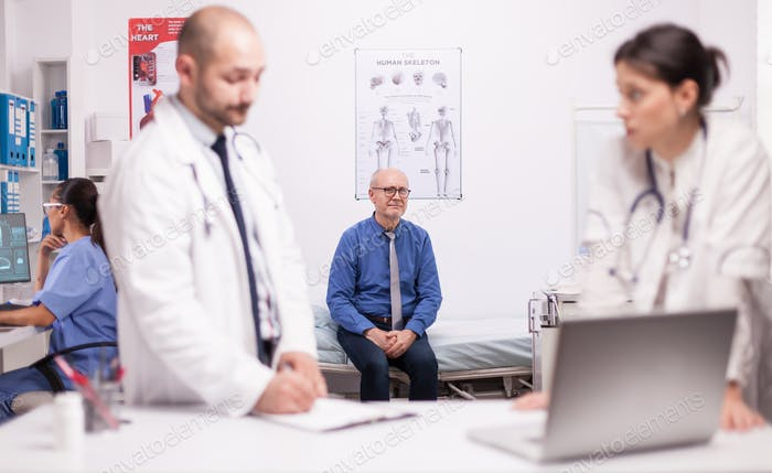 Два врача-специалиста обсуждают