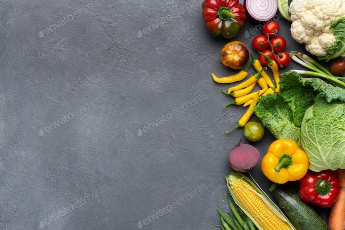 Frisches Bio-Gemüse in Holzkiste auf grau