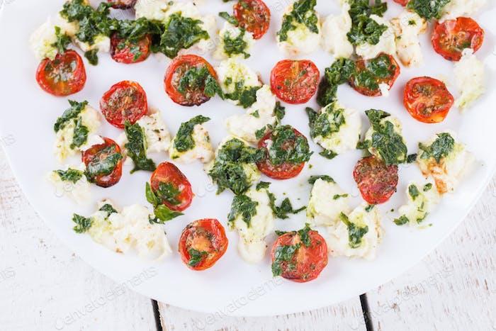 Salat aus gerösteten Tomaten, Mozzarella und Basilikum