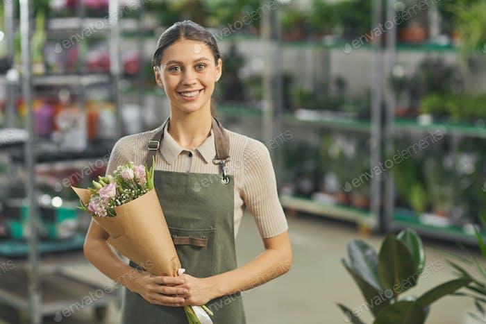 Mujer sonriente en floristería
