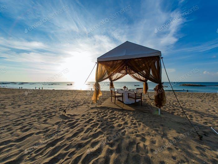Обеденный стол на пляже