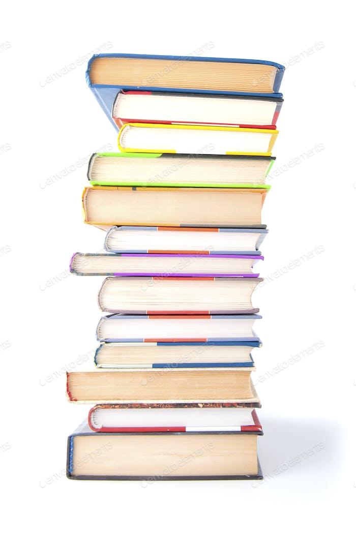 Stapel von Büchern auf einem weißen Hintergrund.
