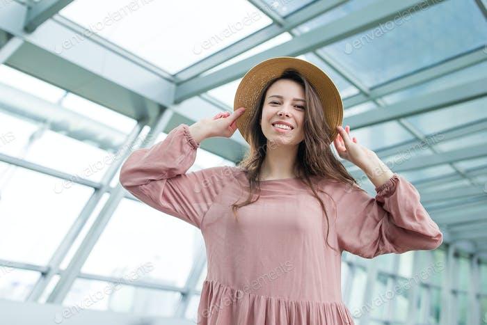 Porträt einer jungen Frau eine Flughafen-Lounge wartet auf das Einsteigen in internationalen Flughafen