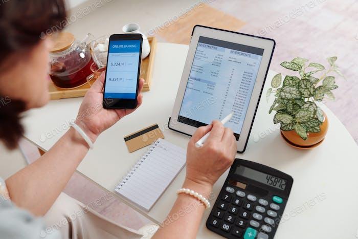 Frau überprüft Maklerkonto