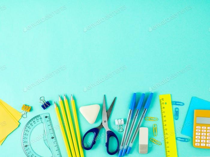Draufsicht des modernen hellblauen Büro-Desktops