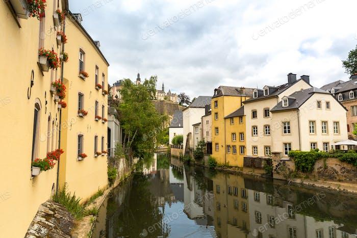 Фасады зданий на речном канале, Старый город, Европа