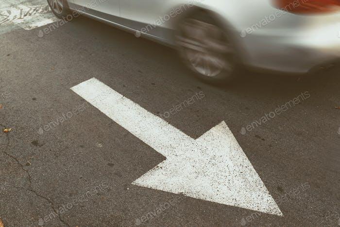 Fahren Auto in falsche Richtung gegen Verkehrspfeil Zeichen