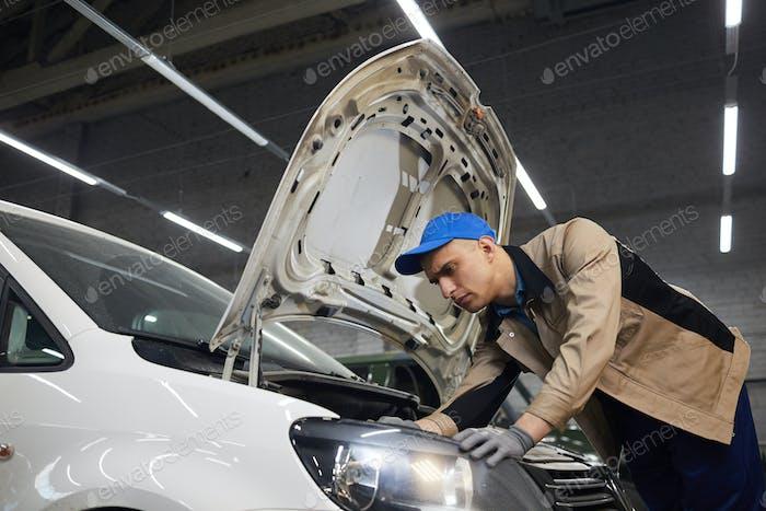 Auto Service Worker Überprüfung des Fahrzeugzustands